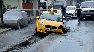 Sağanak nedeniyle asfalt çöktü