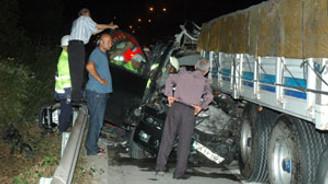 Minibüs TIR'la çarpıştı: 9 kişi öldü