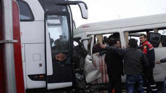 Öğretmen servisiyle otobüs çarpıştı: 2 ölü 11 yaralı