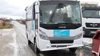 Turistleri taşıyan otobüs devrildi: 17 yaralı!