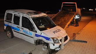 Şüphelileri kovalayan polis aracı devrildi!