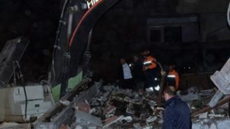 Amasya'da yıkımına başlanan bina çöktü