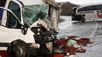 Otobüsle kamyonet çarpıştı: 6 yaralı!
