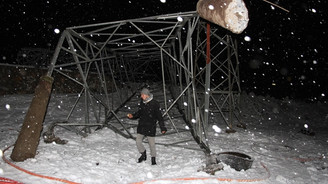 Elektrik direkleri devrildi, 100 köy karanlıkta kaldı!