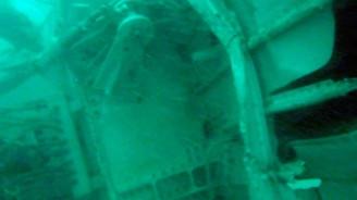 Uçağın kuyruk kısmı denizden çıkarıldı
