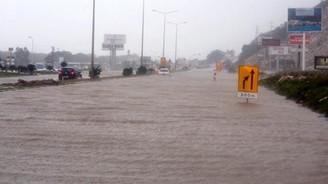 Antalya'da yağış ve fırtına hayatı felç etti