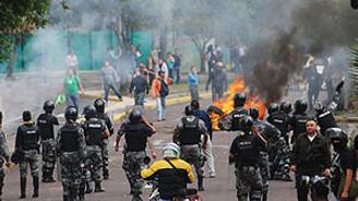 Ekvador'da polis ve askerler isyanda