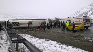 Yolcu otobüsü devrildi: 40 yaralı