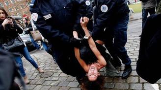 FEMEN'den Kahn'a baskın