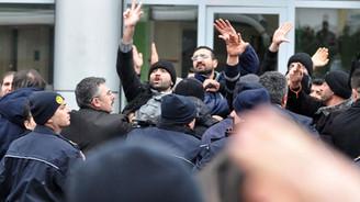 Maaşını alamayan işçilerden Davutoğlu'na protesto