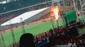 Binlerce kişinin olduğu stadyumda kendini yakarak intihar etti!