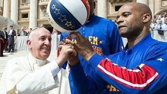 Papa parmağında basket topu çevirdi