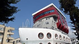 Gemi şeklindeki bina ilgi çekiyor