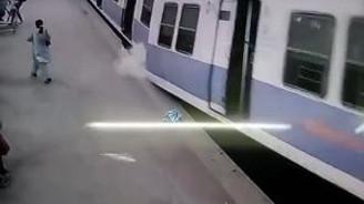 Raylardan çıkan tren istasyonu yıktı