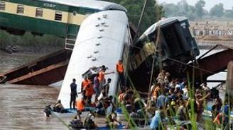 Kanala düşen tren faciasında 17 kişi öldü