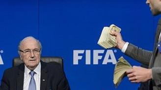 Blatter'e para yağdırdı