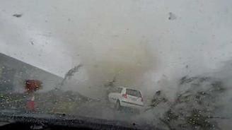 Kasırga arabayı yuttu!
