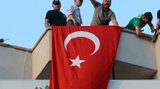HDP binasına Türk Bayrağı astılar