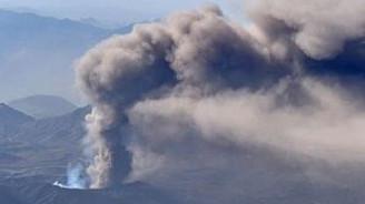 Japonya'nın en büyük yanardağı patladı