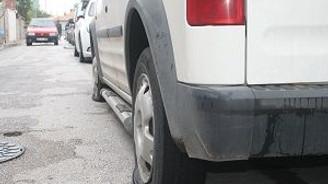 Park halindeki araçların lastiklerini kestiler