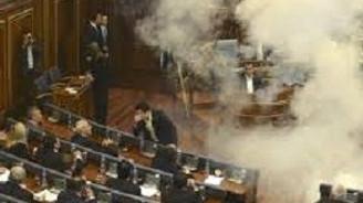 Meclise göz yaşartıcı bomba