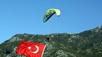Gökyüzünde 54 metrekarelik bayrak açtılar