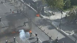 Polise molotof ve biber gazlı saldırı