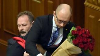 Başbakanı bir anda kucakladı
