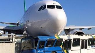 Duramayan uçak bariyerlere girdi