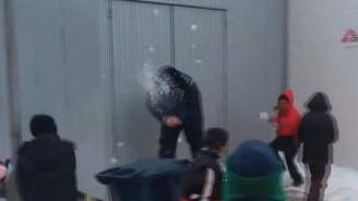 Sırp polis, göçmen çocukları hunharca eğlendirdi