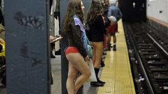 Pantolonlar metrolarda yine çıktı
