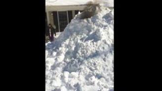 Kardan evde şömine yakıp film izlediler