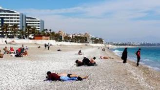Doğuda kar çilesi, Antalya'da deniz keyfi