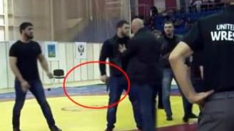 Güreşçi yenilince, mindere silahlar çıktı!