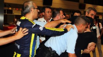 Fenerbahçe yöneticileri ile Galatasaray taraftarları arasında arbede