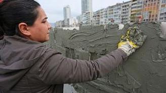Kadına şiddete karşı duvar örüyorlar