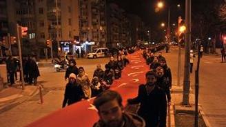 1915 metre uzunluğunda Türk Bayrağıyla yürüdüler