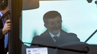 Başbakan Davutoğlu traktörle asfaltı ağlattı