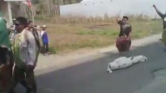 Tabutu taşırken, cenazeyi düşürdüler!