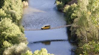 Asma köprüde tehlikeli yolculuk