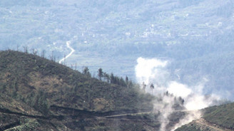Hükümet, Lazkiye ve İdlib'i havadan vuruyor