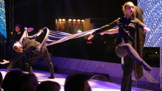 Tarihi köprüde danslı kumaş tanıtımı