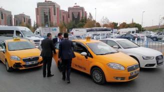 Bakan Zeybekci trafiği taksiyle atlattı