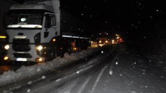 Kar sebebiyle karayolu ulaşıma kapandı