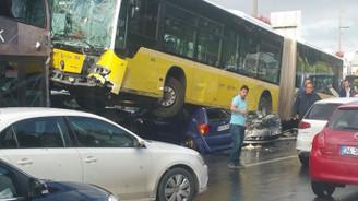 Metrobüs yoldan çıktı: Yaralılar var
