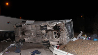 Midibüs, tırla çarpıştı: 25 yaralı