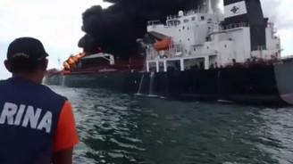 168 bin varil petrol yüklü tanker alev alev