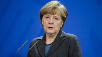Almanya'da Merkel'in partisi geride kaldı