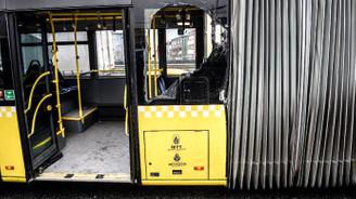 Metrobüs, yol yardım aracına çarptı