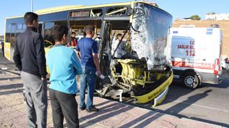 Öğrenci servisi ile belediye otobüsü çarpıştı: 15 yaralı